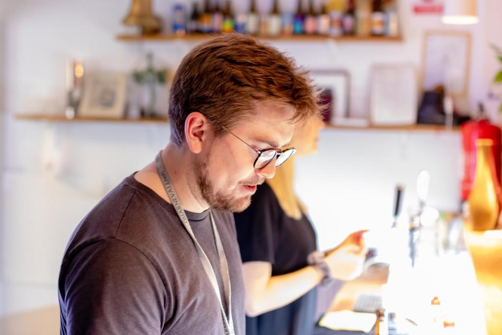 Directeur Peter huserar bakom baren. Foto: Julian Persson Thanapasya