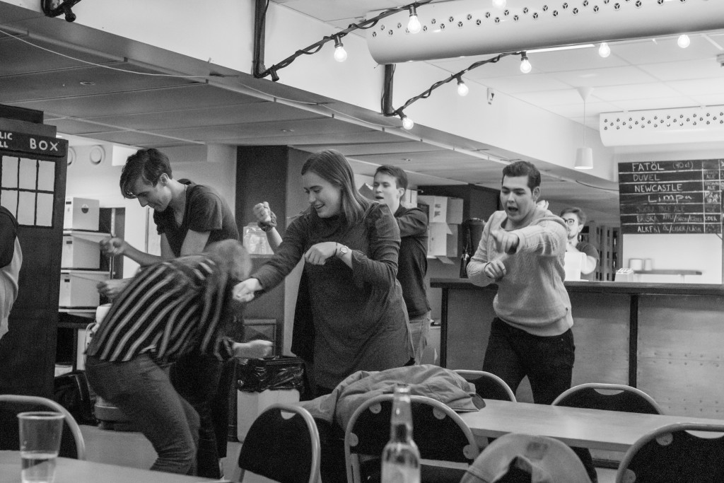 Chefsgruppen förevisar spexdansen. Foto: Lovisa Persson