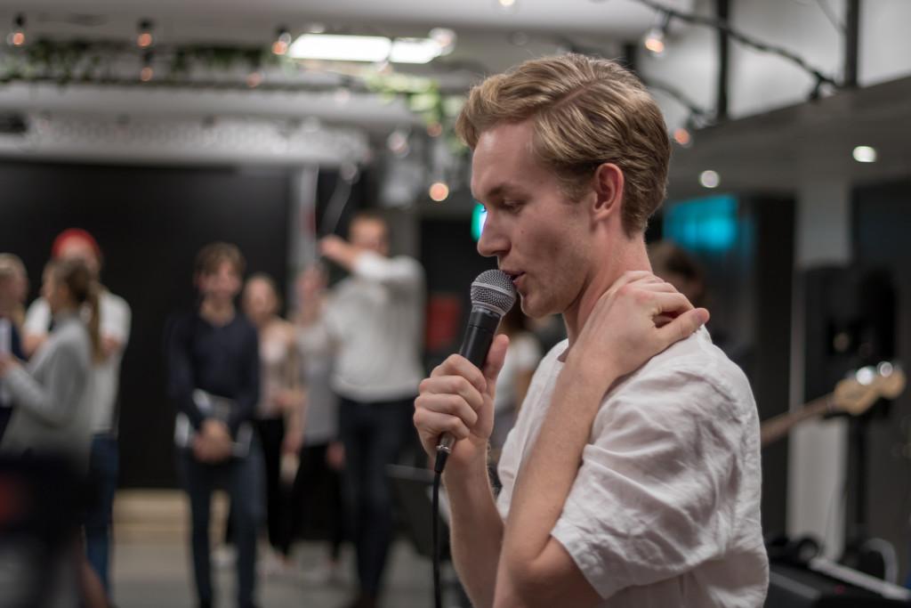 Musikproducent Eric tar kommandot över mikrofonen. Bild: Anna Johansson