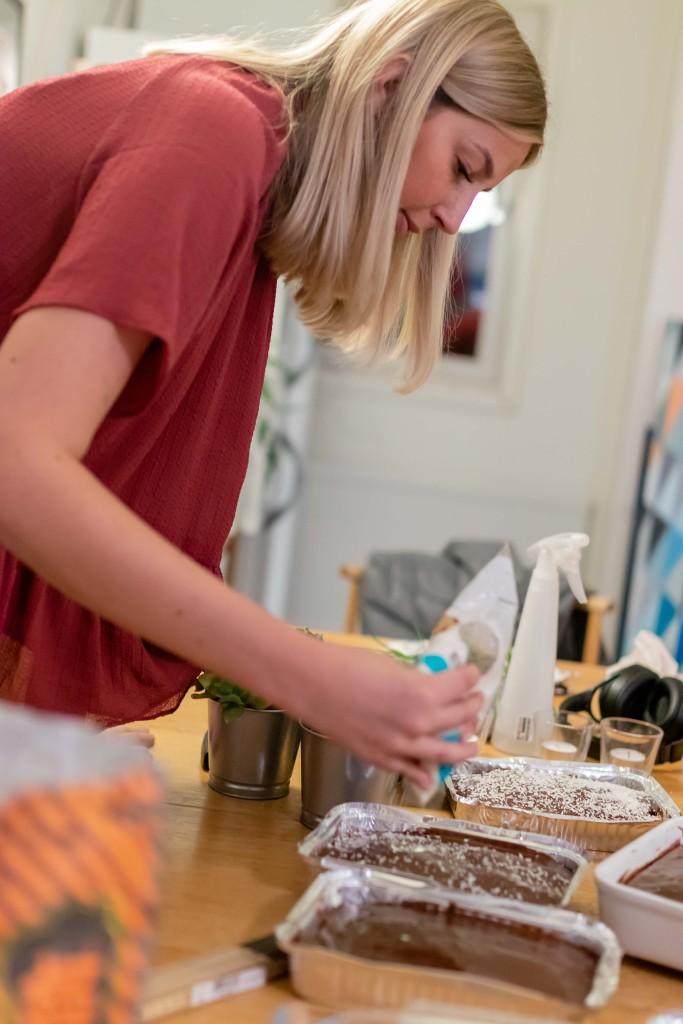 Karolina i Spexmästeriet toppar de nybakta kakorna med kokos